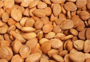 Витамин В17 се съдържа най-много в бадемовите, кайсиевите и в други плодови ядки
