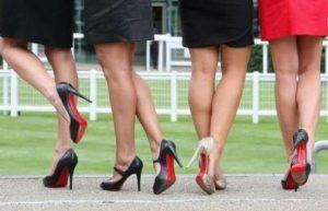 Носенето на високи токчета е вредно и причинява болки в краката.