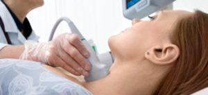 Изследване на щитовидната жлеза при хипотиреоидизъм.
