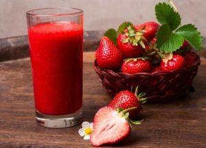 Избелваща маска се приготвя с добавяне на сок от ягоди.