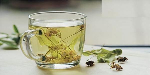 Пийте лимон с отвара от лайка или обикновен топъл чай